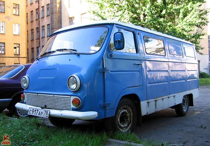 старый автобус это ЕРАЗ, одна из модификаций, культовый советский микроавтобус, если не ошибаюсь он спроектирован...